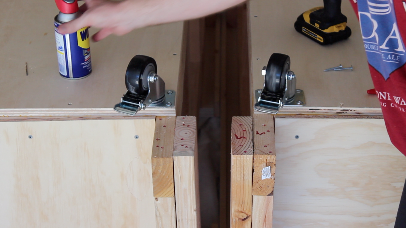 rotating casters on the bottom of the workbench