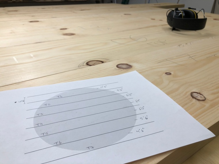 Drawing a diagram for board placement in a round dining table